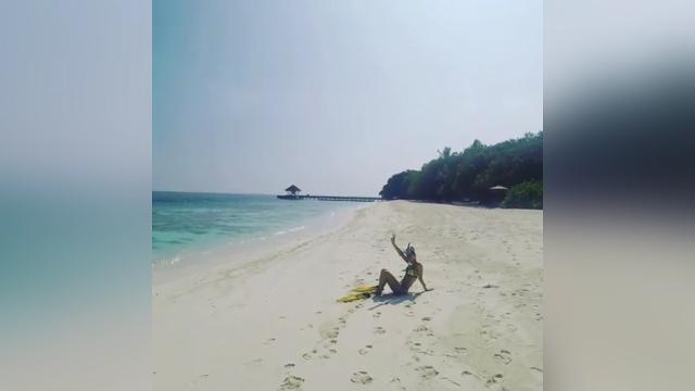 Jennifer Hawkins gets active in the Maldives