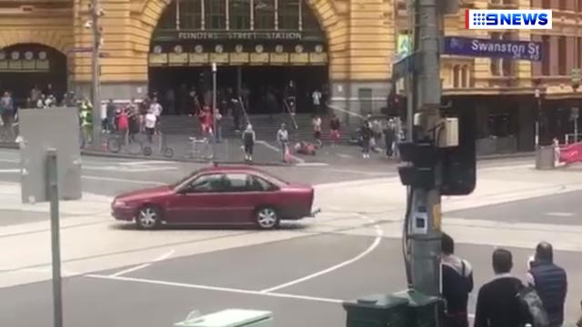 9RAW: Onlookers try to stop offender of Bourke Street Mall rampage